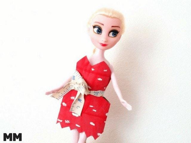 Einfache Puppenkleider aus Klorollen basteln