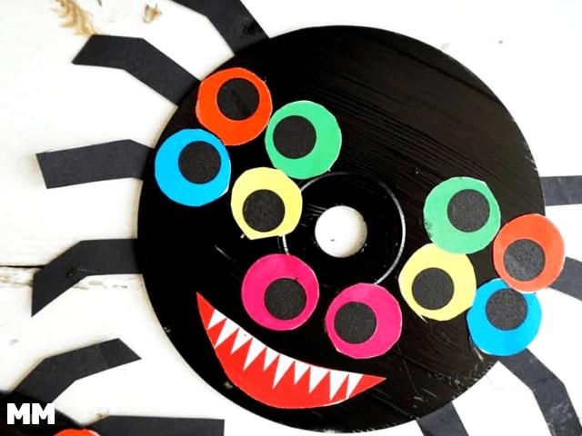 Lustige Spinnen basteln aus alten CDs