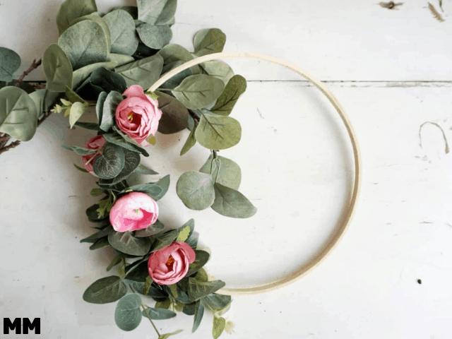So machst du einen eleganten Blumenkranz mit Stickring