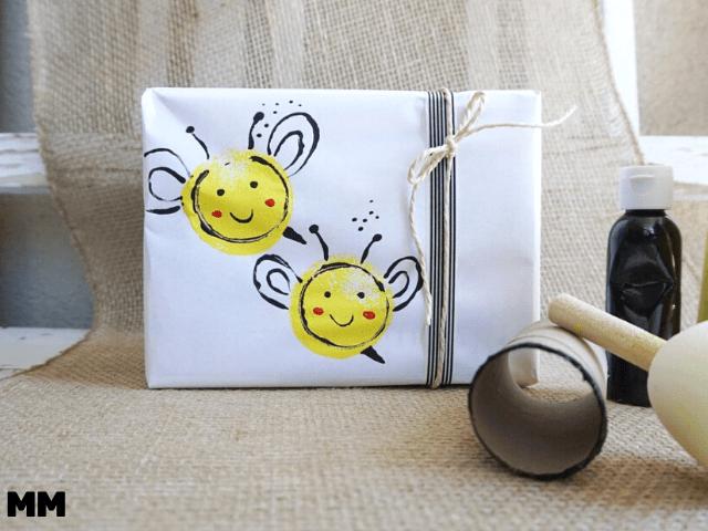So machst du ein Last-Minute Bienen Geschenkpapier