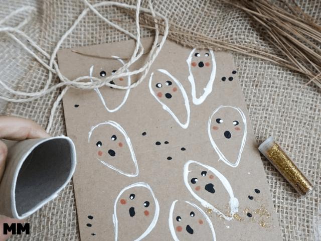 Geister mit Klopapierrolle stempeln