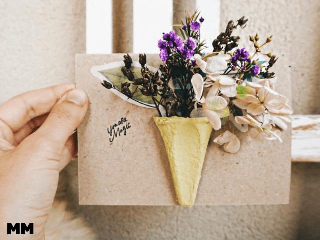 Mit Trockenblumen und Eierkarton eine einfache Muttertagskarte basteln